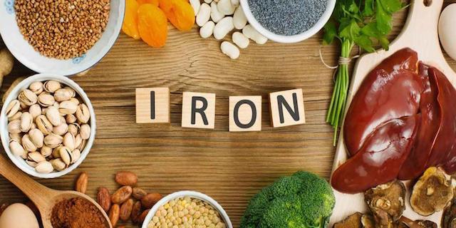 τραπέζι με φαγητά που περιέχουν σίδηρο
